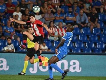 El centrocampista del Athletic, Gaizka Larrazabal (i), intenta controlar el balón ante el defensa camerunés del Getafe, Allan Romeo Nyom
