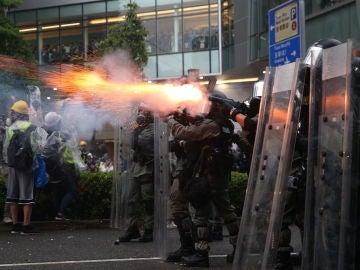 La Policía de Hong Kong con cañones de agua y gas lacrimógeno