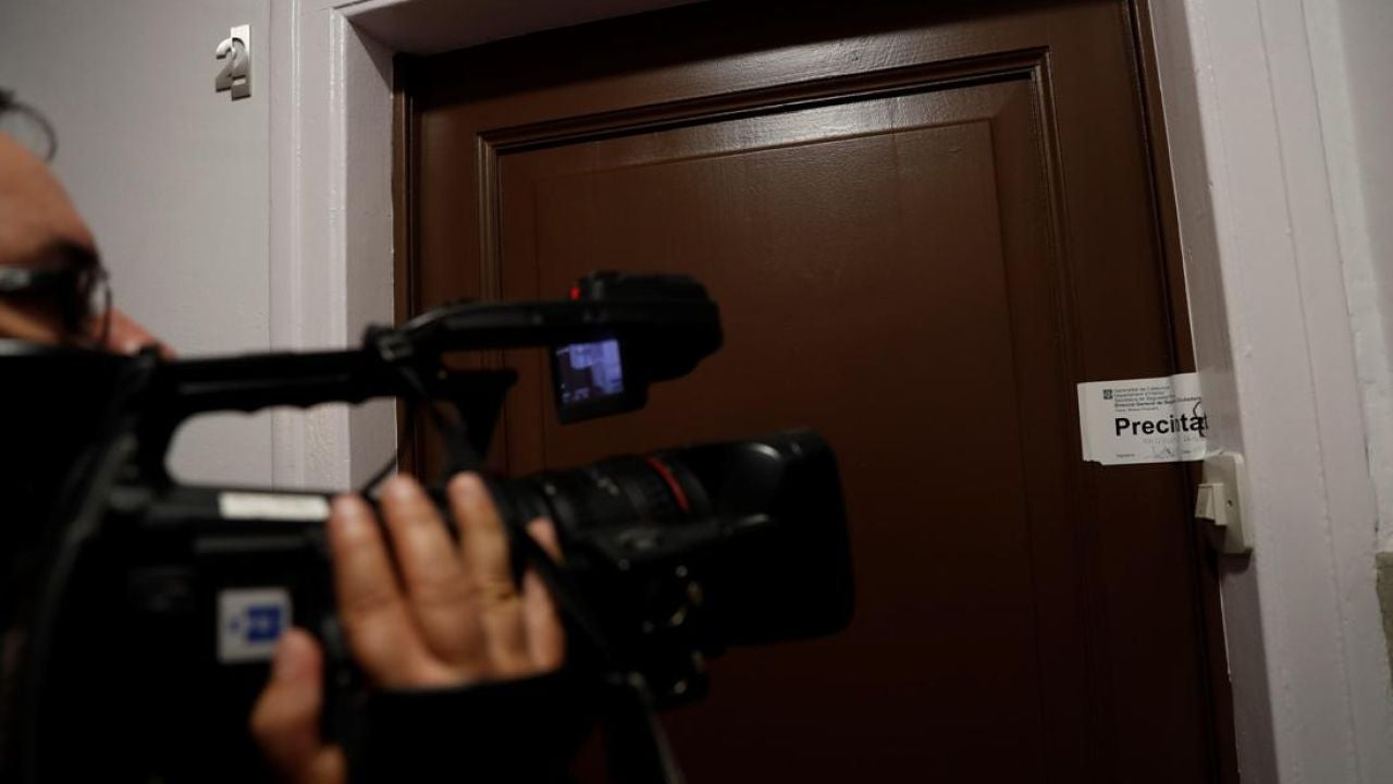 Portal del domicilio donde han encontrado a dos ancianos sin vida en Barcelona