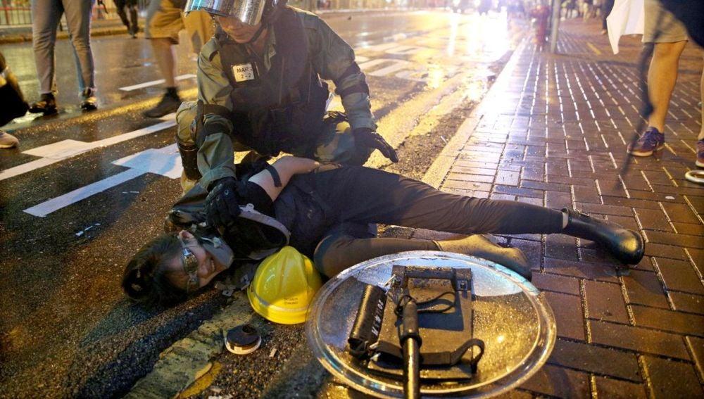 Detención de una manifestante en Hong Kong