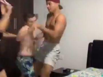 Broma de dos jóvenes a su madre