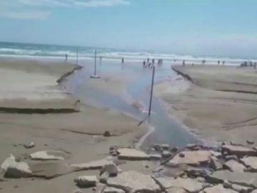 El mar engullendo una playa