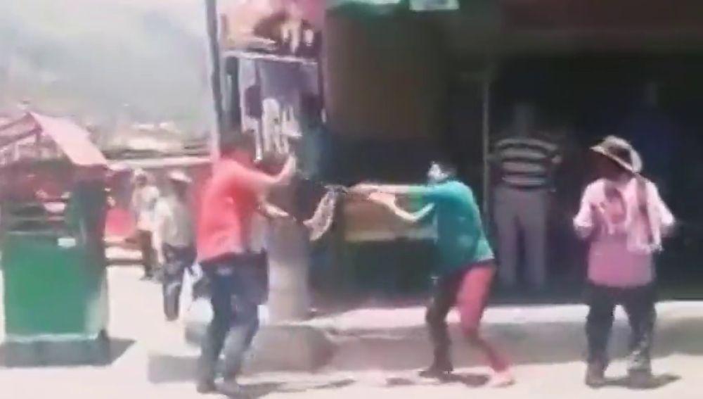 Dos hombres se apuñalan hasta la muerte en plena calle