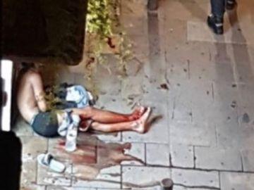 Imagen de un hombre apuñalado en Barcelona