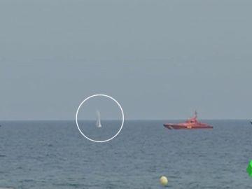 Los artificieros de la Armada explosionan el proyectil hallado en una playa de Barcelona
