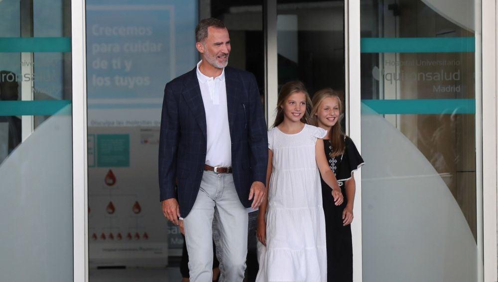 El rey Felipe, junto a sus hijas, la princesa Leonor y la infanta Sofía