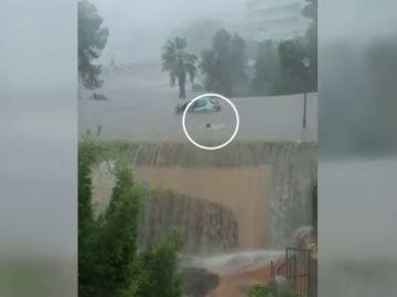 Logra salir de su vehículo tras quedar atrapada por las lluvias torrenciales en Mallorca
