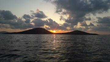 Puesta de sol entre montes en Cartagena