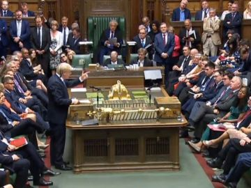 Isabel II aprueba la suspensión del Parlamento inglés