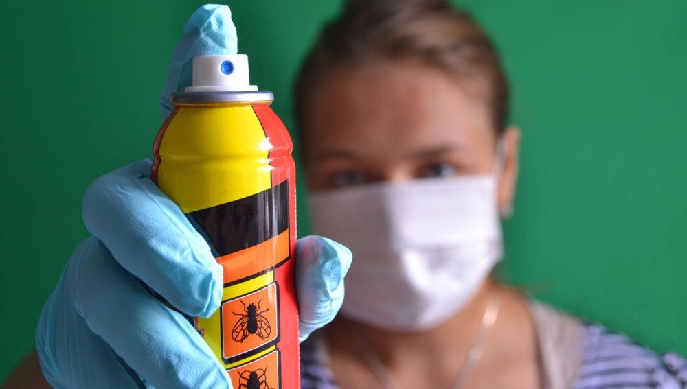 Mujer preparada para usar un insecticida