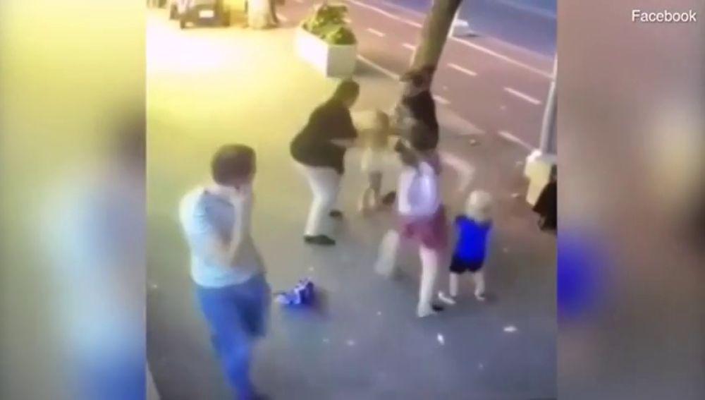 Una mujer apuñala a un niño de tres años en la cara e intenta agredir a otro segundos después