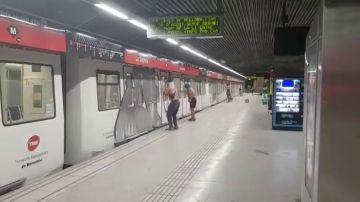 Las imágenes del ataque vandálico de un grupo de grafiteros en el metro de Barcelona
