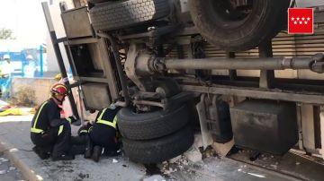 En estado grave un hombre tras quedar aplastado por el camión que estaba descargando en Madrid