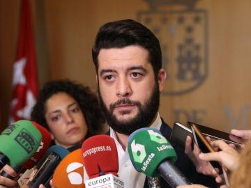César Zafra ante los medios
