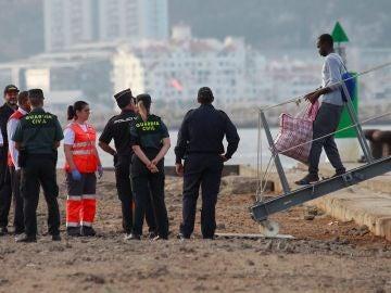 Los 15 migrantes recogidos en Italia por el Audaz llegan a San Roque (Cádiz)