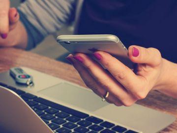 Mujer con un móvil en la mano