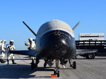 Uno de los vehículos de prueba orbital modelo X-37B tras su aterrizaje.