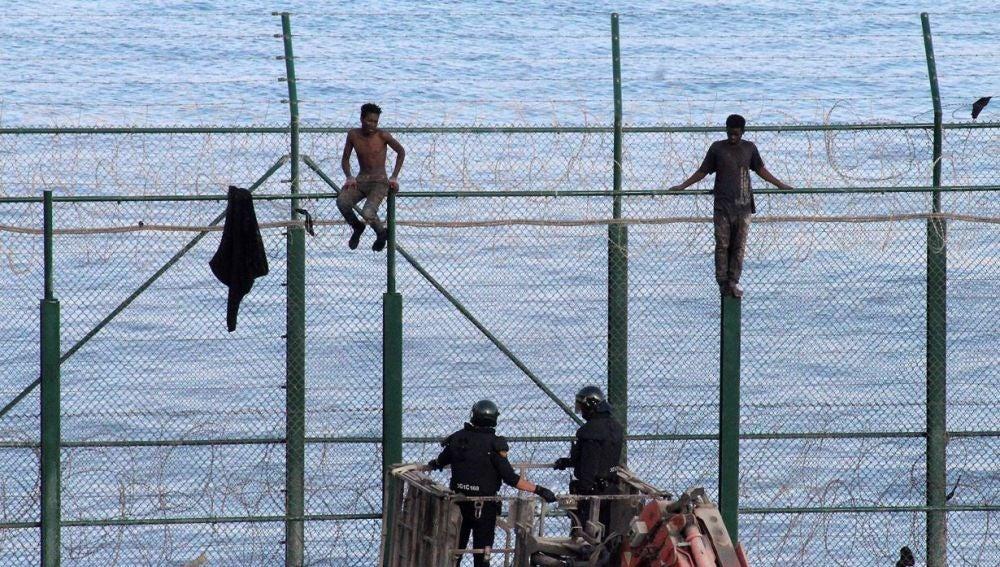 Dos inmigrantes subsaharianos permanecen en la valla fronteriza de Ceuta