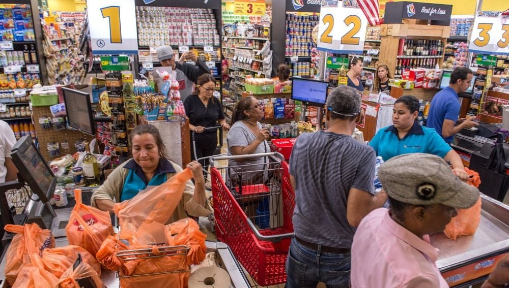 Personas comprando provisiones ante la llegada del huracán Dorian