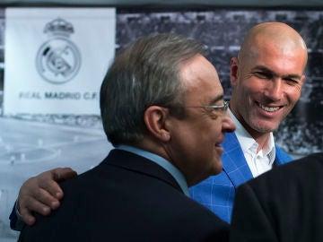 Florentino Pérez, ante la atenta mirada de Zinedine Zidane