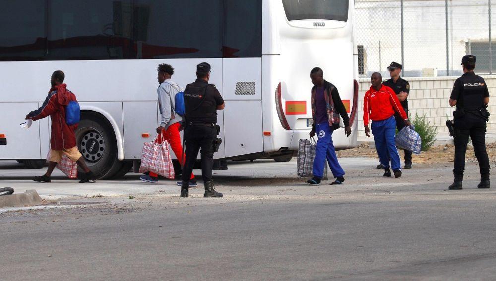 Migrantes a su llegada al muelle de Crinavis, en San Roque