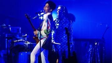 Cantante Prince durante un concierto