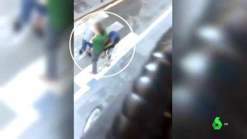 Momento del vídeo en el que le roban el reloj al viandante