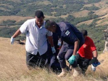 Autoridades sacan de la montaña los cuerpos de los familiares fallecidos