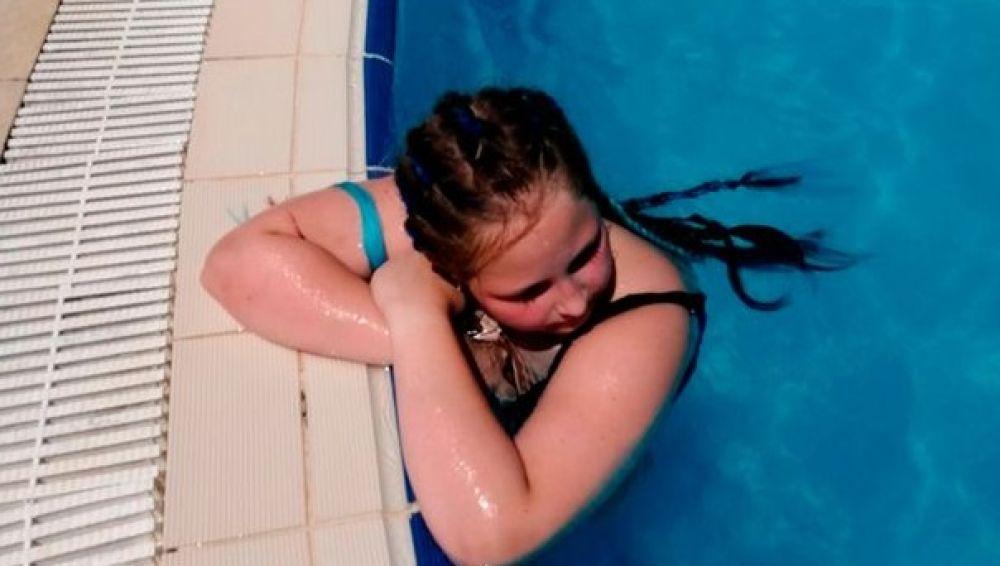 Imagen de la niña fallecida tras succionar la bomba de una piscina su brazo