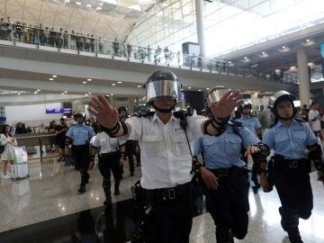 Suspendida la línea de metro del aeropuerto de Hong Kong por las protestas