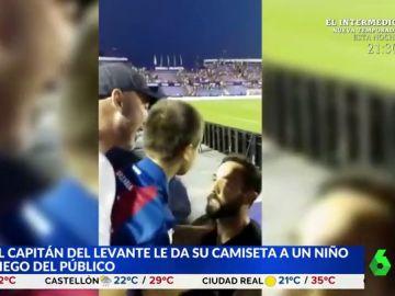 El emotivo gesto del capitán del Levante con un niño ciego del público