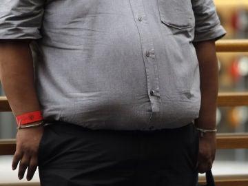 Un hombre con obesidad