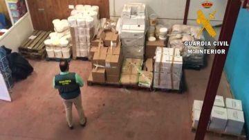 Momento en el que la Guardia Civil ha incautado los alimentos