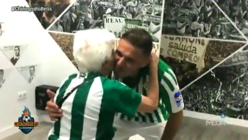 """Joaquín cumple el sueño de una aficionada del Betis de 90 años: """"Cuando se acercó a mí me agarré a él"""""""