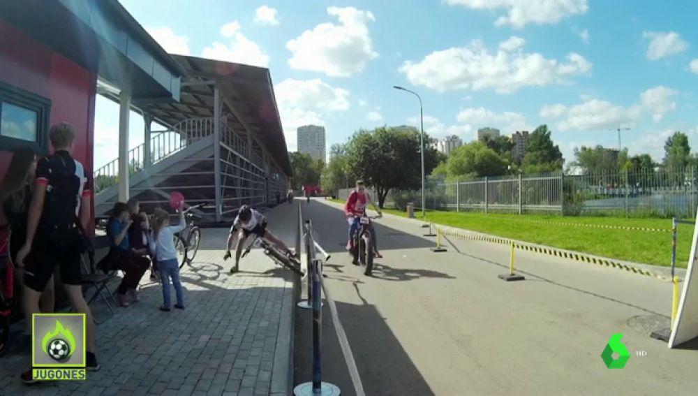 Milagroso: un ciclista evita atropellar a una niña tras perder el control de su bicicleta