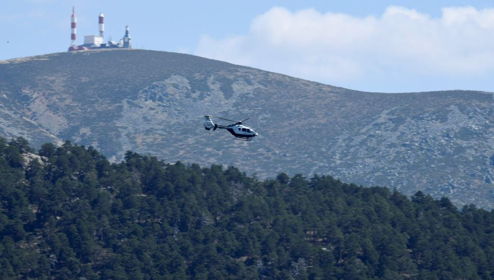 Un helicóptero sobrevuela la zona de los Siete Picos en la localidad de Cercedilla