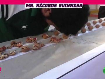 Las habilidades del 'rompe-récords' pakistaní: partir nueces, sandías, reventar latas de cerveza...