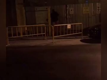 Brutal paliza de un hombre a su pareja en plena calle en Málaga: dos testigos lograron rescatarla