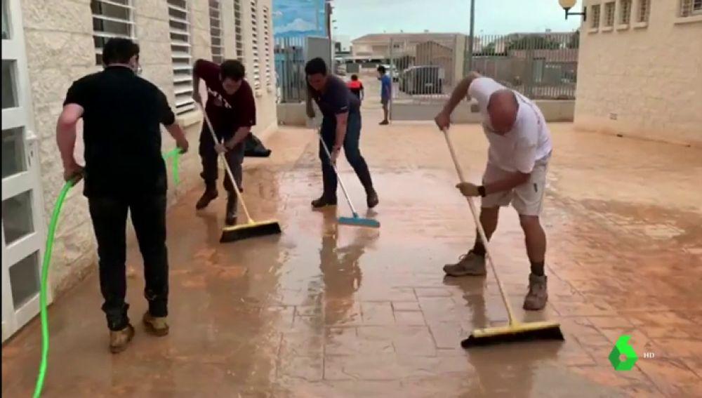 Teodoro García Egea se une a las labores de limpieza en San Javier