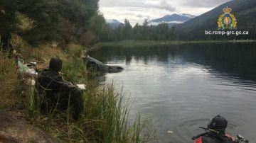 Buzos de la policía canadiense en el lago Griffin, en la Columbia Británica