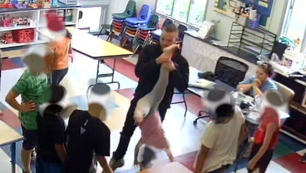 El profesor agarrando del pie a la menor acosada