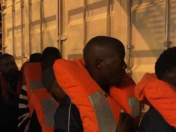 Los 82 migrantes rescatados por el Ocean Viking ya se encuentran en Lampedusa