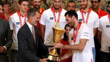 Rudy Fernández entrega la copa de campeones del mundo al rey Felipe VI