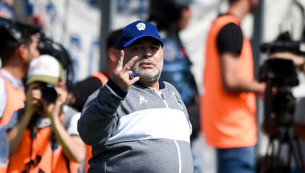 Maradona da indicaciones desde la banda