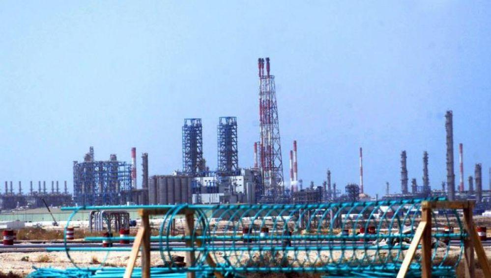 Foto de archivo de una refinería en el este de Arabia Saudí