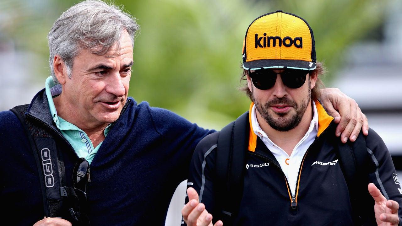 Carlos Sainz charla con Fernando Alonso