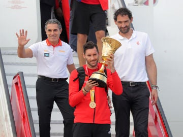Sergio Scariolo, Rudy Fernández y Jorge Garbajosa, con el trofeo de campeones del mundo