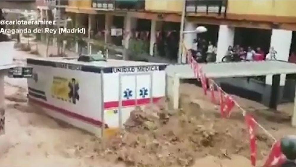 Una ambulancia es arrastrada por el agua durante las inundaciones en la localidad madrileña de Arganda del Rey