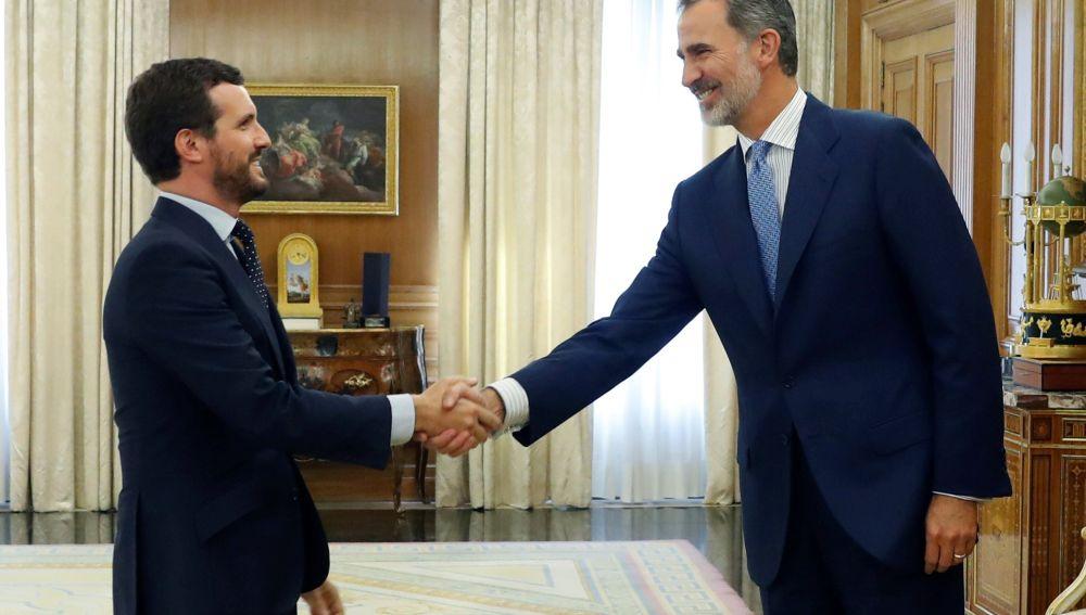 El rey Felipe VI saluda al presidente del Partido Popular, Pablo Casado, durante la reunión mantenida este martes en el Palacio de la Zarzuela, en la segunda jornada de la ronda de consultas.