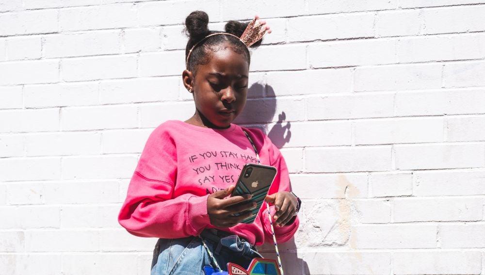 Quince apps que deberían estar vetadas del móvil de tus hijos adolescentes